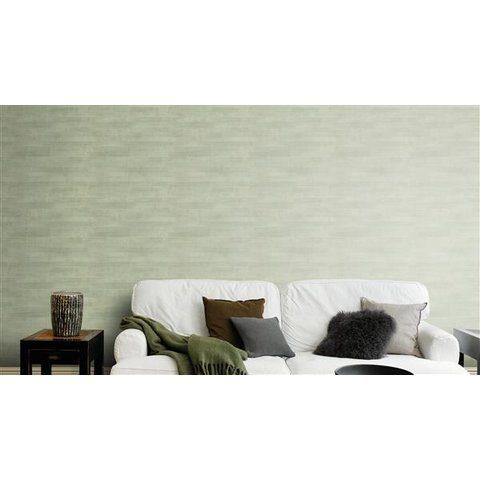 Pared con papel tapiz para pared color gris junto a sillones blancos