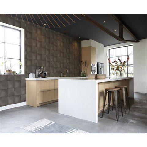 Cocina decorada con papel tapiz para pared color café oscuro con cuadros grandes