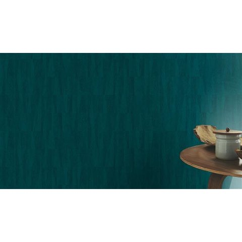 Pared decorada de papel tapiz para pared color verde aqua junto a mesa de decoración