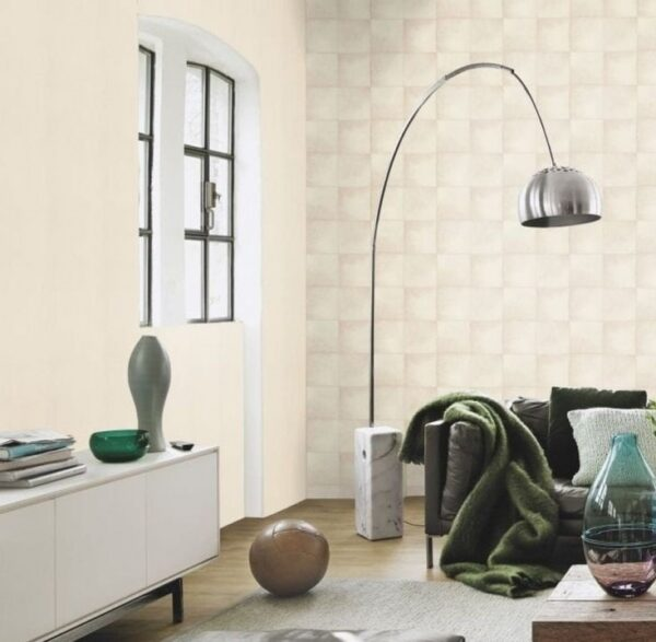 Sala decorada con papel tapiz para pared color blanco con cuadros grandes